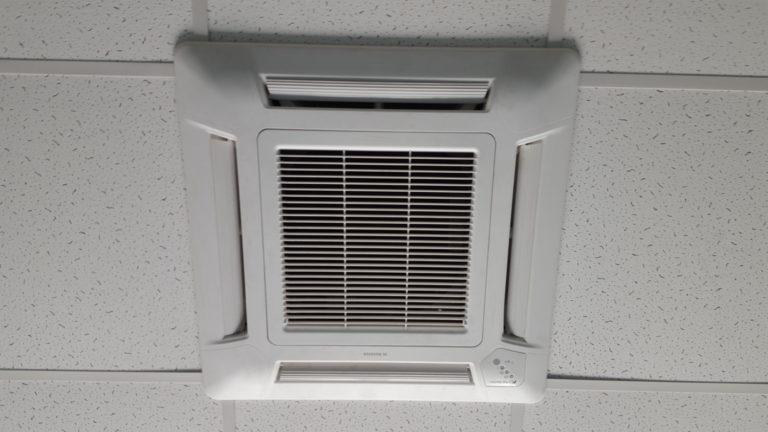 Klimatyzator kasetonowy w biurze