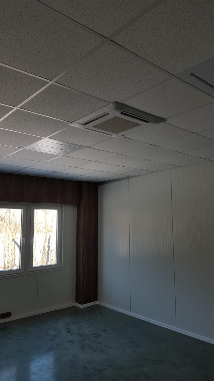 Montaż klimatyzatora kasetonowego w pomieszczeniu biurowym w Skierniewicach